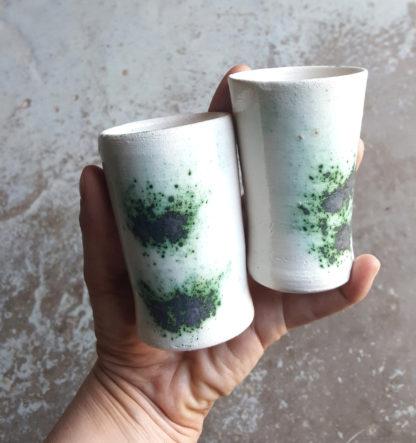 Tasses à café. Collection Bucaneve Tasses à café En terre blanche émaillée en blanc avec des petites taches d'oxyde de cuivre, intérieur blanc. Idéal pour un bon café entre ami(e)s.