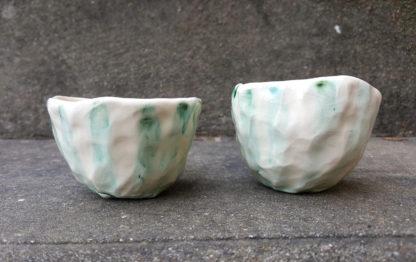 Tasse à café en terre blanche avec des rayures en oxyde de cuivre sous l'émail