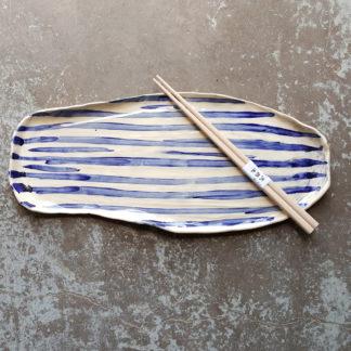 Plat à sushi, maki mais aussi plat à cakes avec des rayures en oxyde de cobalt sous émail transparent