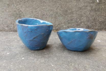 Lot de tasses à café en terre rouge, émaillées d'un bleu profond