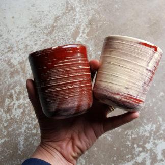 Lot de deux gobelets. De très jolies couleurs pour ces deux gobelets, idéaux pour un grand café, un thé ou une tisane.