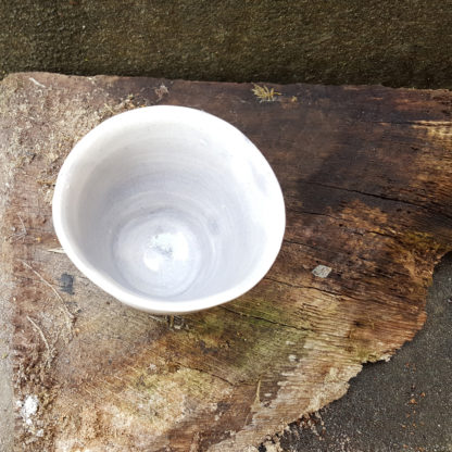 Grands Gobelets ou tasses à café ou à thé. Un émail gris clair transparent qui laisse apparaître une terre blanche légèrement jaune. Les parois sont lisses (intérieur et extérieur). Associez-le aux autres gobelets gris de formes différentes pour un bel ensemble ! Certaines parties peuvent avoir de légères craquelures en dessous de la surface, n'altérant pas l'indication pour un usage alimentaire.
