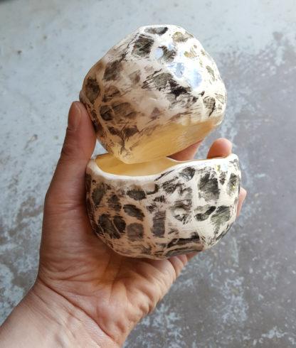Collection : Roots Lot de 2 tasses à café. Leur style modelé à la main nous rapproche des origines de la céramique. Ils vous procureront une agréable sensation dû au toucher lors de vos moments de détente. Les 2 tasses sont de formes et de tailles différentes.